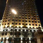 Vue de l'hotel de l'extérieur la nuit