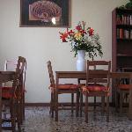 Sala per la colazione e scorcio libreria a disposizione degli ospiti