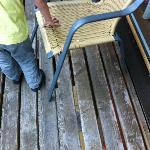 Balkon mit unpassenden Stühlen