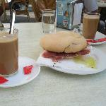 Café con leche y mollete de jamón