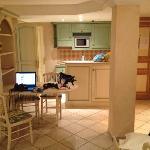 Le séjour cuisine : très propre et belle décoration provençale