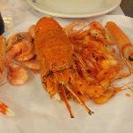 100 gramos de quisquillas, 100 gramos de camarón real, 2 cigalas medianas y una langosta (27,40