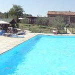 La piscine et ses environs, au fond le retaurant