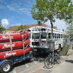 バスの後ろにラフトを括り付け、川へ出発!