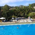 Jardines del hotel y piscina de adultos desde el balcon de la habitacion