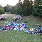 Camping Korana: molti ragazzi dormono all'aperto nel sacco a pelo
