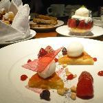 FRAISE ET FLEUR D'ORANGER Biscuit aux Pignons, Violette Cristallisées, Sorbet au Yaourt de Chèv