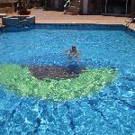 mi pareja dandose un banyito a la piscina, que según algunos estaba tan y tan sucia... ya lo vei