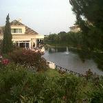 Zona de suites, restaurante y lago