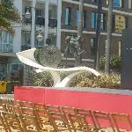 "Monumento a ""La Pesetas"" nombre del chiringuito"