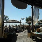 Ecco la vista verso il mare da un tavolino dell'ampio bar. Sulla camminata ristoranti e souvenir