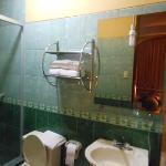 habitacion 205, interna, sin ventilacion, baño con luz colgando frente al espejo