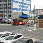 Autobus au coin de la rue, resto et ATM en face
