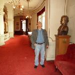 galeria de acceso a palcos con bustos de exposición