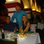 Disfrutando la cena en El Asador Vasco.