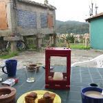desayuno en el patio del hotel (por supuesto también hay un comedor)