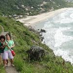 Mãe e irmã na trilha da praia do saquinho