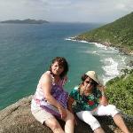Esposa e mãe na trilha da praia do saquinho