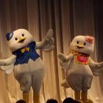 夕食の場でのマジックショーの前説で出てきた、ハト吉とハト子(?)です。