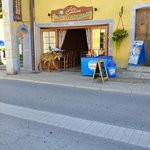 """Notre fils appelle ce restaurant """"Le Cerf"""" à caues du Caribou devant la porte."""