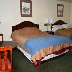 2 queen size beds with table, chairs