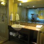 Salle de bain avec grande douche vitrée