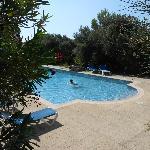 vue de la piscine en contrebas de l'hotel