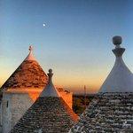 Il Sole che scende sui trulli della Masseria mentre sale la Luna