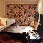 Camera con letto a sinistra ribaltato.