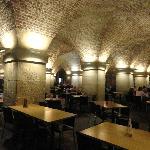 El interior del café de la cripta