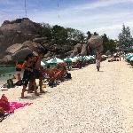 La spiaggia presa d'assalto dai turisti
