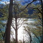 Vista desde un camino que costea el lago llegando al Lodge