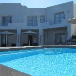 Les chambres donnent sur une très petite piscine
