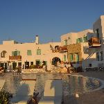Vista de la piscina y las habitaciones del hotel