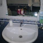 bagno molto pulito e accessoriato