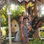 Cabaña y familia de turistas