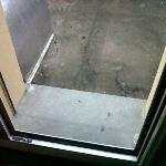fuori dalla finestra (da aprire per il caldo soffocante) sporcizia che attrae insetti e lucertol