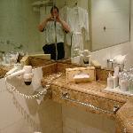 Ванная комната с приятным декором.
