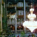 Очень красивая люстра в холле.