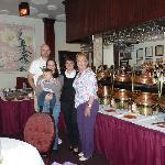 photo de famille prise avec gentillesse par le serveur