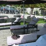 Espace détente autour de la piscine