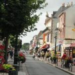 la rue principale commerçante de Cabourg