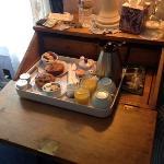colazione in camera! muffin appena sfornate e frutta fresca