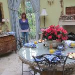 La sala da pranzo con vista sul giardino