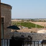 Dal cortile del Re Carrubo vista sulla campagna