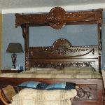Très grand lit (king) en teck gravé