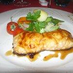 un filet de poisson grillé au miel avec ses petits légumes