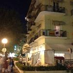 Hotel la sera visto dalla strada