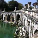 Brücke und Brunnen im Park della Reggia di Caserta