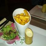 frites, mesclun et sauce aux 3 fromages